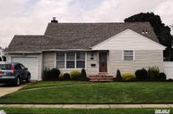 451 15th St West Babylon NY, 11704